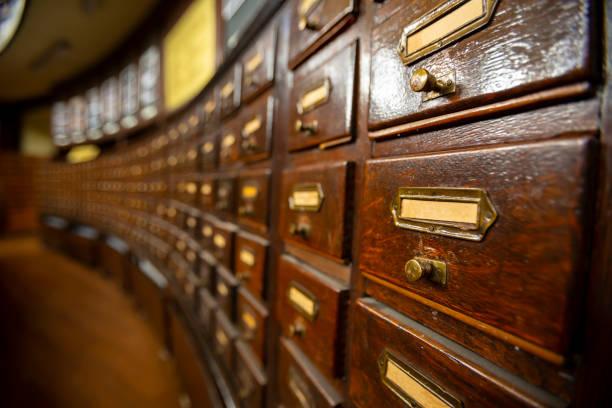 drewniane szuflady w starej bibliotece - archiwalny zdjęcia i obrazy z banku zdjęć