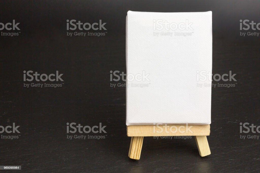 wooden easel with blank canvas zbiór zdjęć royalty-free