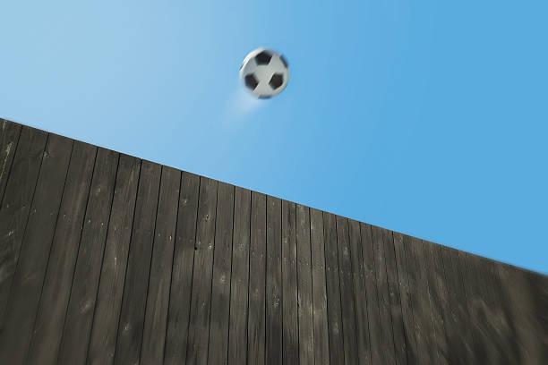 holz-zaun und soccer ball - geheime garten parties stock-fotos und bilder