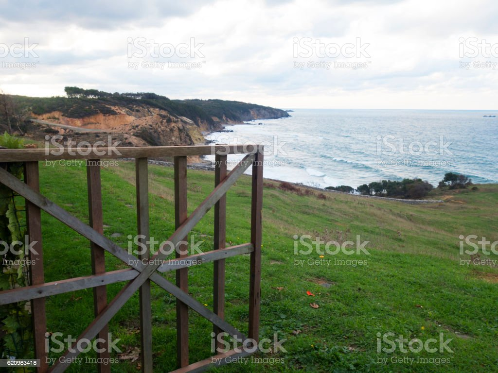 Wooden fence door and sea view foto royalty-free