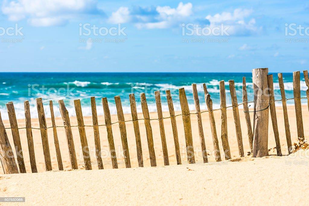 Clôture en bois sur une plage de l'océan Atlantique en France - Photo