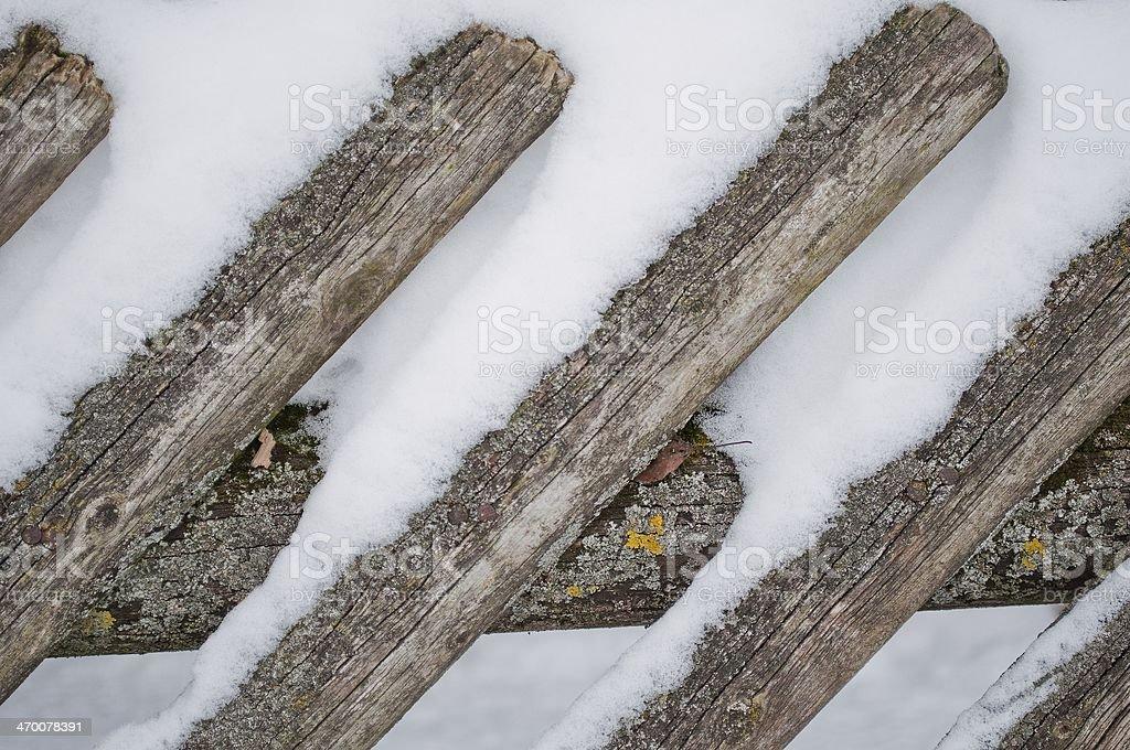Ogrodzenie drewniane z śnieg w tle zbiór zdjęć royalty-free