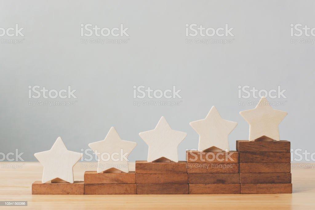 Hölzerne fünf sternförmig auf Tabelle. Erleben Sie die besten hervorragende Business-Services bewerten Kunden Konzept – Foto