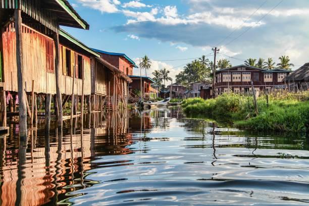 drewniane pływające domy nad jeziorem inle w shan, myanmar - burma home do zdjęcia i obrazy z banku zdjęć