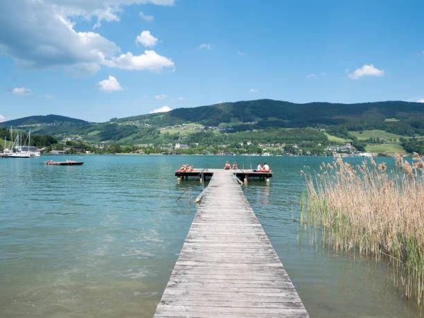 Holzsteg am Mondsee in Österreich – Foto