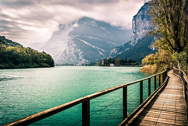 wooden footpath and medieval castle on the Toblino lake, Italy foto