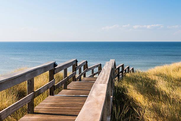 hölzerne weg durch die dünen.  north sea beach in deutschland. - sylt urlaub stock-fotos und bilder