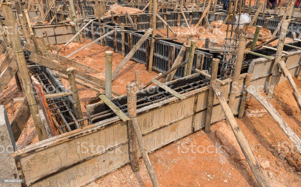 Drewniany deskoton betonowy belki - Zbiór zdjęć royalty-free (Betonowy)