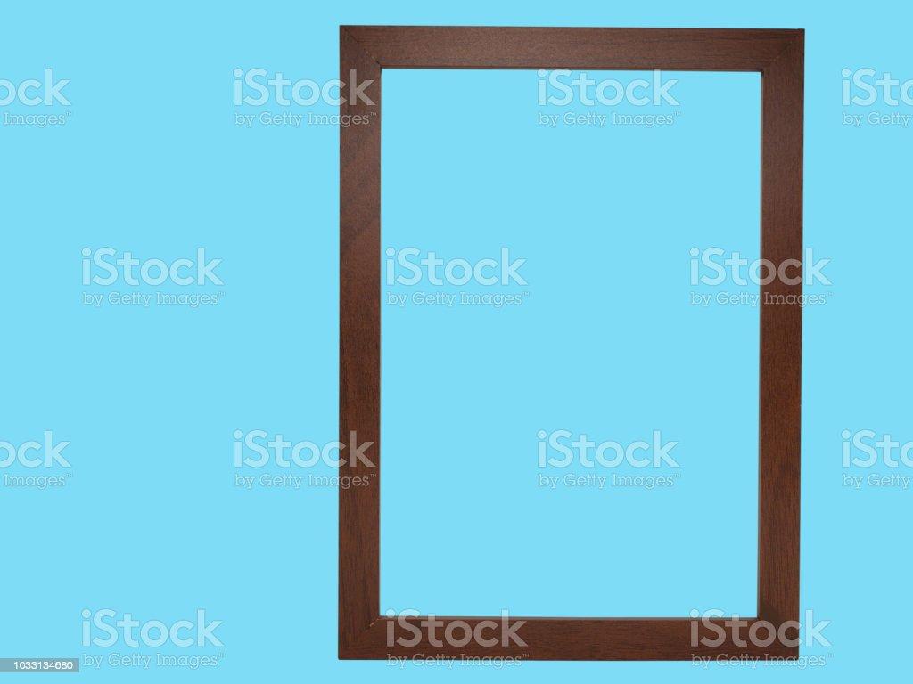 Holzrahmen auf blauem Hintergrund isoliert. – Foto