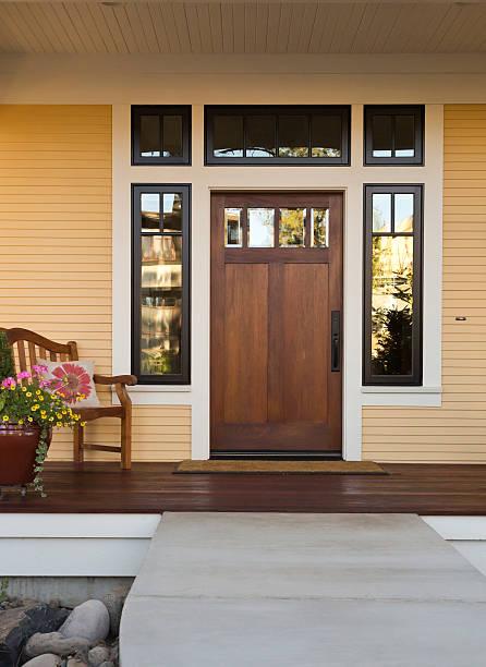 puerta de madera de una casa - fachada arquitectónica fotografías e imágenes de stock