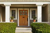木製の正面玄関