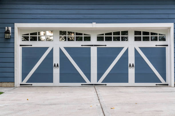 hölzerne garage mit einfahrt - carport stock-fotos und bilder