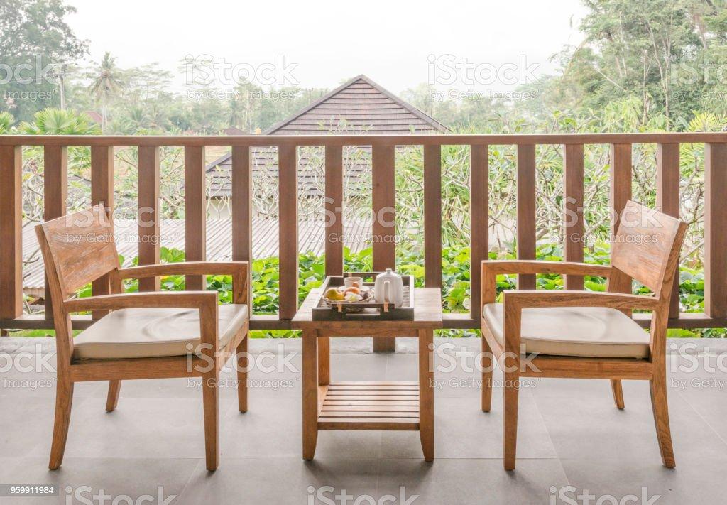 Houten Stoel Tuin.Houten Tuinmeubelen In Tuin Met Houten Stoel En Tafel Stockfoto En