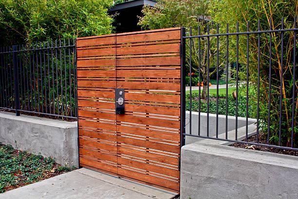 portão de madeira - portão imagens e fotografias de stock