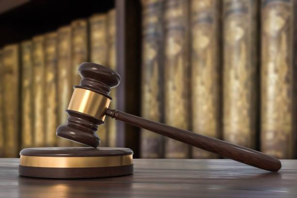 弁護士事務所で木製小槌と法律の本 - パラリーガル ストックフォトと画像