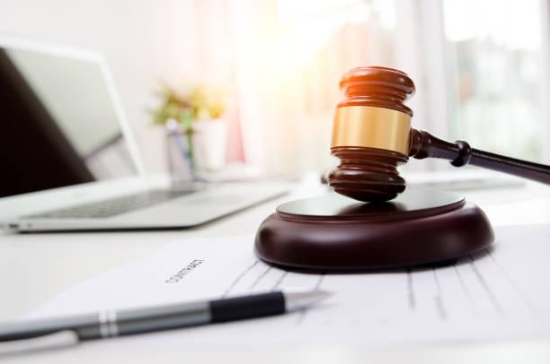 hölzerne hammer rechtsanwältin oder rechtsanwalt büro - versteigerung stock-fotos und bilder