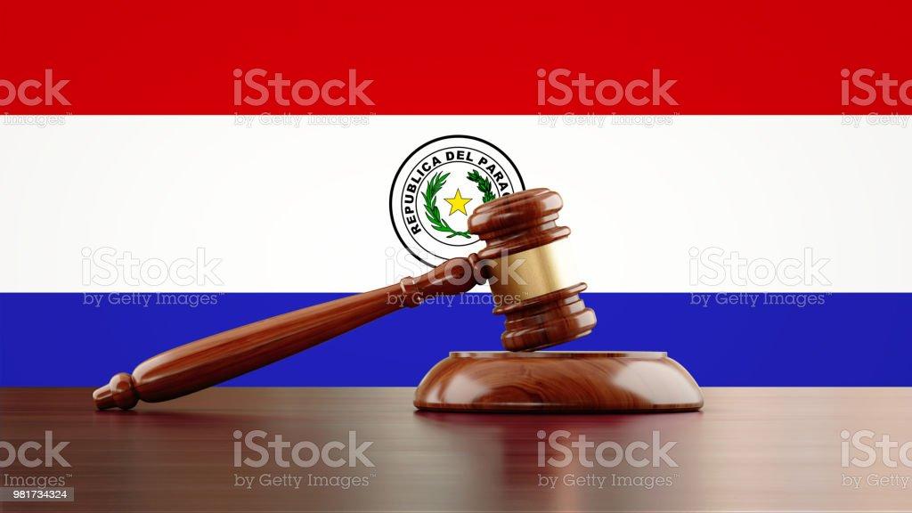 Mazo de madera delante de la bandera paraguaya - foto de stock