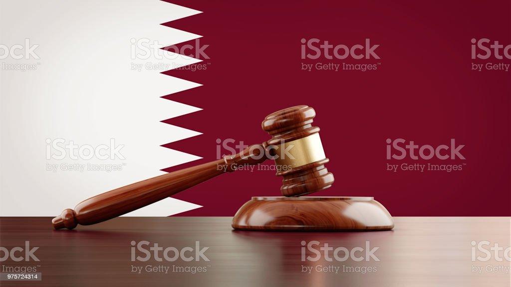Mazo de madera delante de la bandera de Qatar - foto de stock