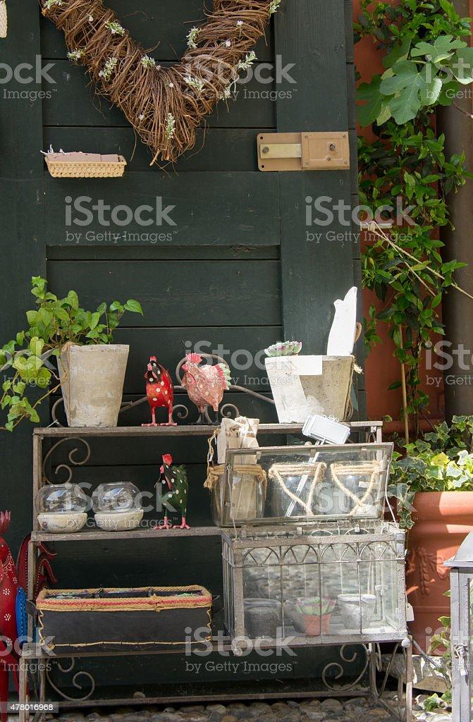 Verde porta in legno con vaso di fiori - foto stock