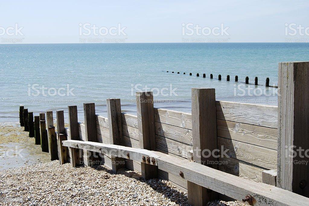 Drewniane Falochron na żwir beach. Bognor Regis. Anglia – zdjęcie