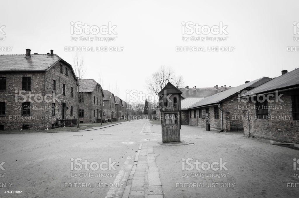 Hölzerne guard tower, Ziegel barracks, Auschwitz Konzentrationslager – Foto