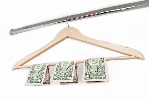 hölzerne kleiderbügel mit amerikanischen geld (klicken sie hier, um weitere informationen) - bügelsysteme stock-fotos und bilder