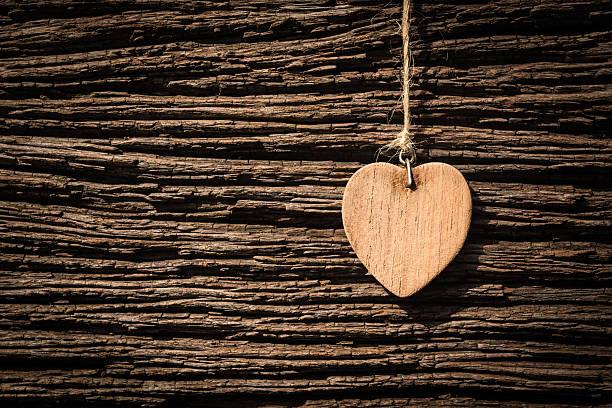 Hölzernen Herz, auf braunen Hintergrund – Foto