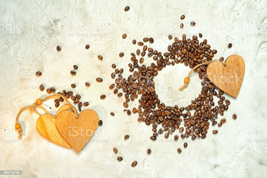 Wooden hearts and a circle of coffee beans, top view. Copy space. foto stock royalty-free