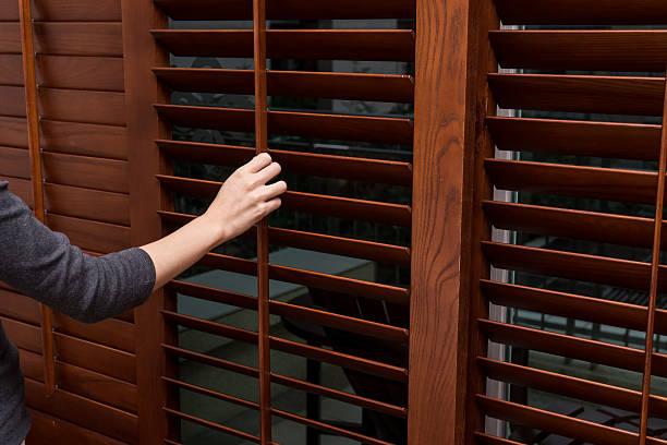 de madeira horizontal jalousie, fechar, mulheres mão - com portada imagens e fotografias de stock