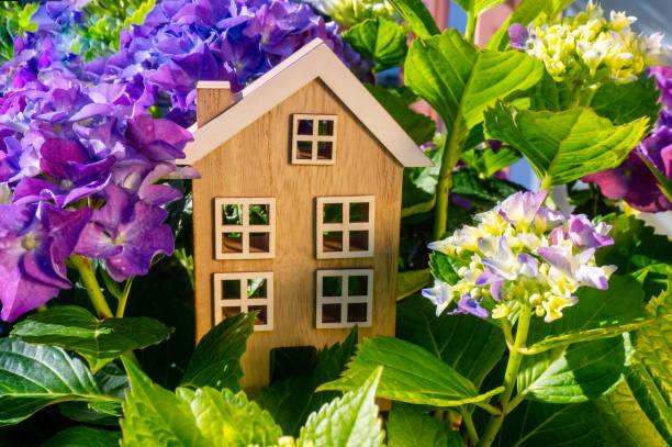 Holzhaus auf dem Land mit Blumen – Foto