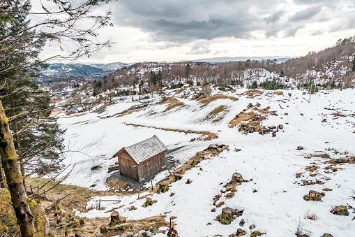 Houten Huis In De Bergen Van Noorwegen Stockfoto en meer beelden van Berg