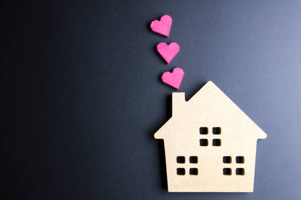 Wooden house toy and paper box red heart shape – Foto