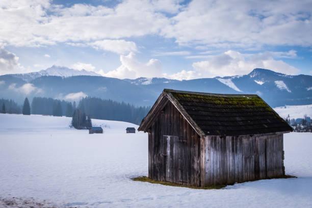 Wooden hut near Bad Mitterndorf with mountain Kammspitz in winter – Foto
