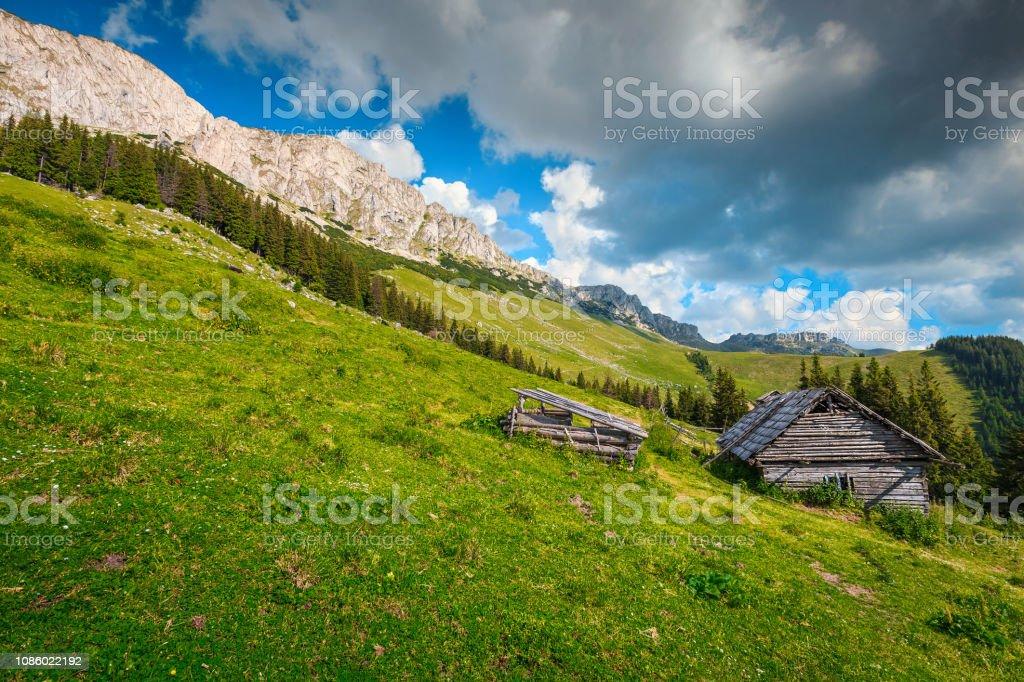 Holzhütte auf dem Hügel, Karpaten, Siebenbürgen, Rumänien, Europa – Foto