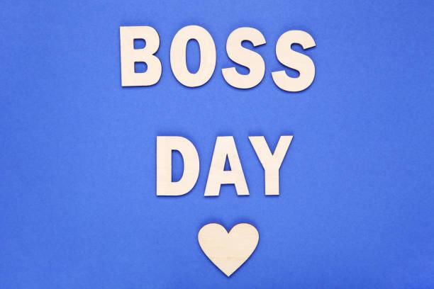 inscripción de madera boss day con corazón sobre fondo azul - boss's day fotografías e imágenes de stock