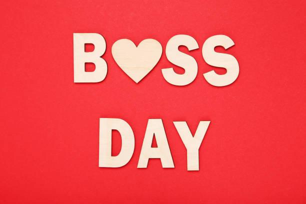inscripción de madera boss day con corazón sobre fondo rojo - boss's day fotografías e imágenes de stock
