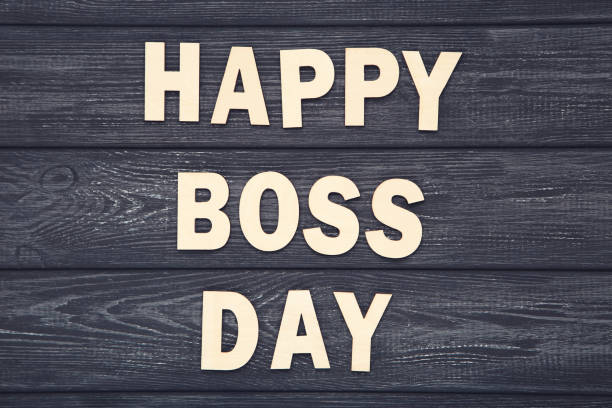 inscripción de madera happy boss day sobre fondo de madera negra - boss's day fotografías e imágenes de stock