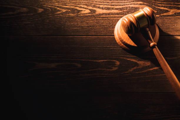 나무 테이블 배경 나무 판사 망치 망치. 극적인 빛. 복사 공간 - 나무망치 뉴스 사진 이미지
