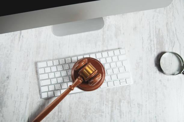Holzrichter auf Computertastatur auf dem Schreibtisch – Foto
