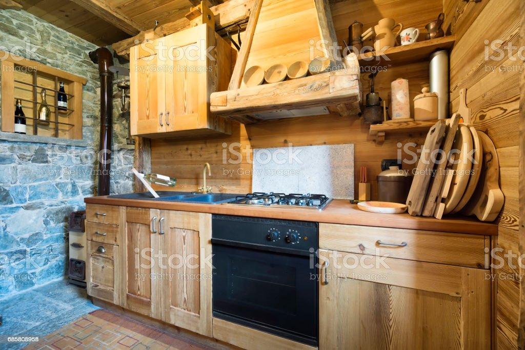 Holzküche im rustikalen Stil – Foto