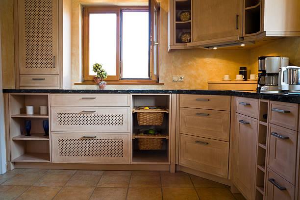 hölzerne küche innenbereich - offene regale stock-fotos und bilder