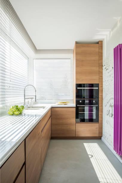 hölzerne küche innenbereich - küche lila stock-fotos und bilder