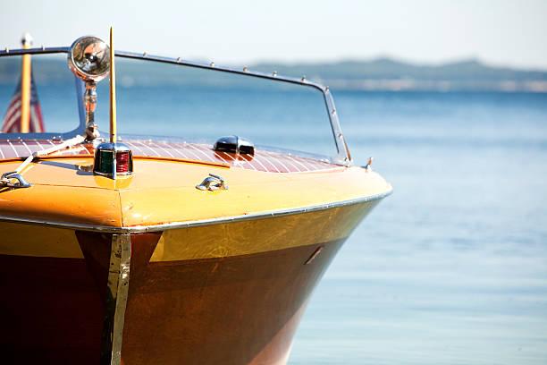 wooden lake michigan antique vintage power boat in blue daylight - aangemeerd stockfoto's en -beelden