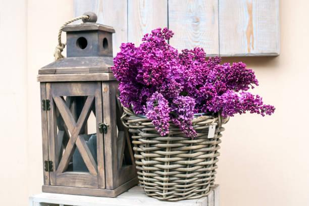 holzlampe und strauß aus lila lila - küche deko lila stock-fotos und bilder