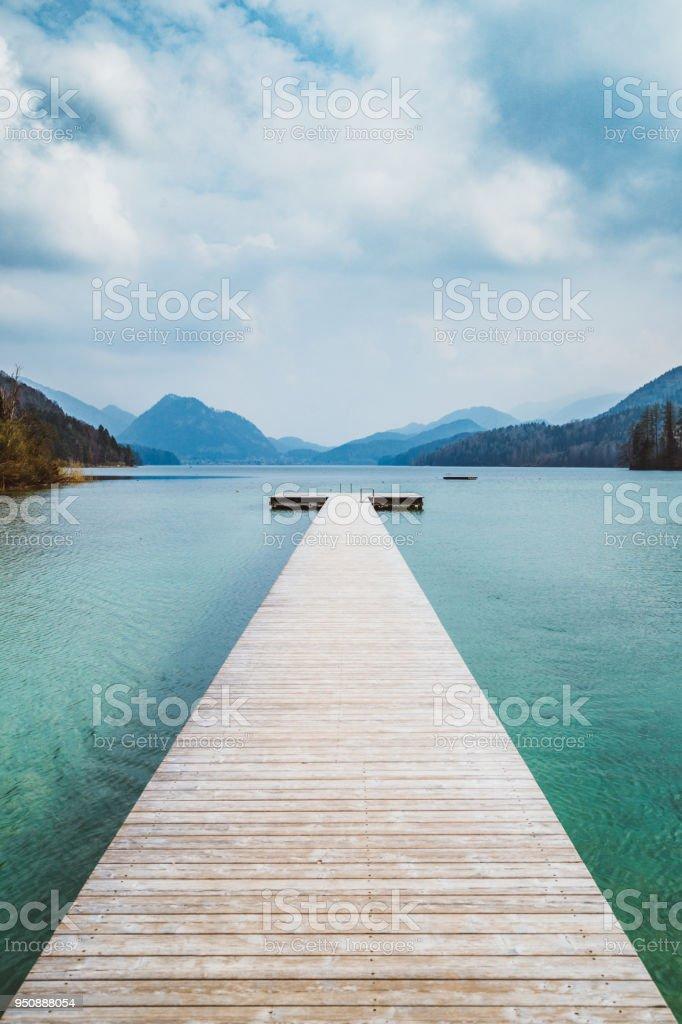 Hölzernen Bootssteg mit Bergsee im Sommer – Foto