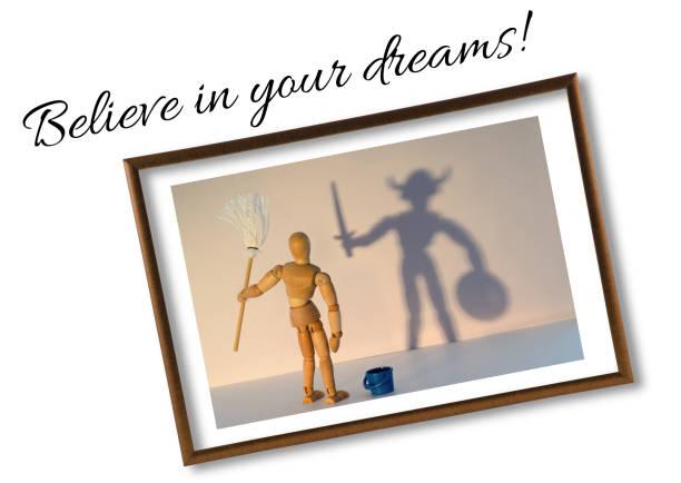 hölzerne puppe motivierende ideen mit text - glaube an deine träume! held im schatten zu sehen - kämpfer zitate stock-fotos und bilder