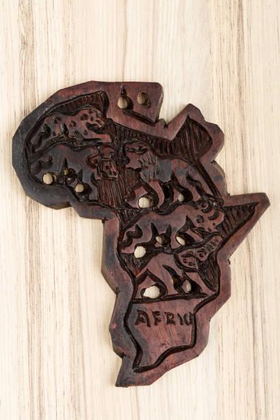 holz karte von europa und afrika - 5 kontinente stock-fotos und bilder