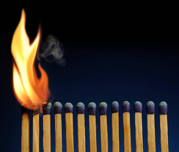 Hölzerne Spiele Futter-up wie Feuer Domino, um sich zu verbrennen – Foto