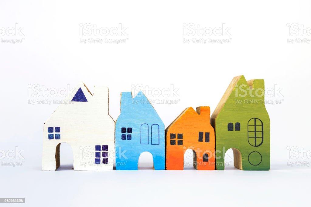 흰색 배경에 나무 미니어처 집 컬렉션 royalty-free 스톡 사진