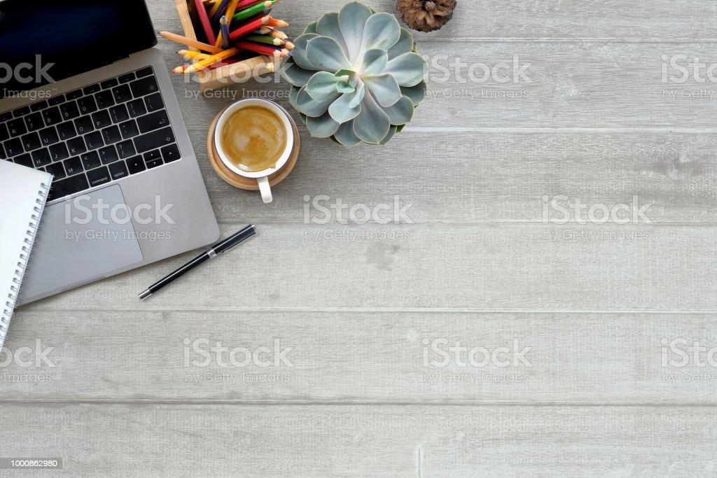 Bureau en bois avec ordinateur portable et de fournitures. Vue de dessus espace espace de travail et de la copie. photo libre de droits